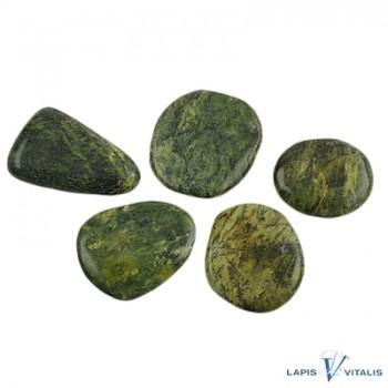 Stichtit (lila) in Serpentin (grün) Scheibensteine, ca. ca. 25-40mm x 22x32 (VPE: 500g)